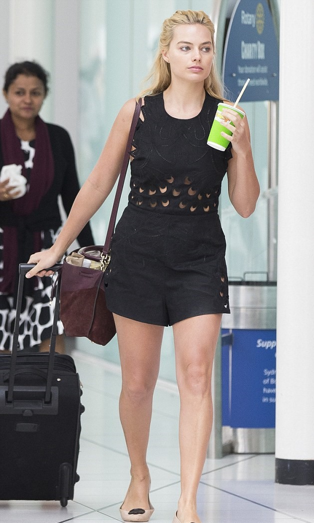 Margot Robbie No Makeup When Walking At The Airport