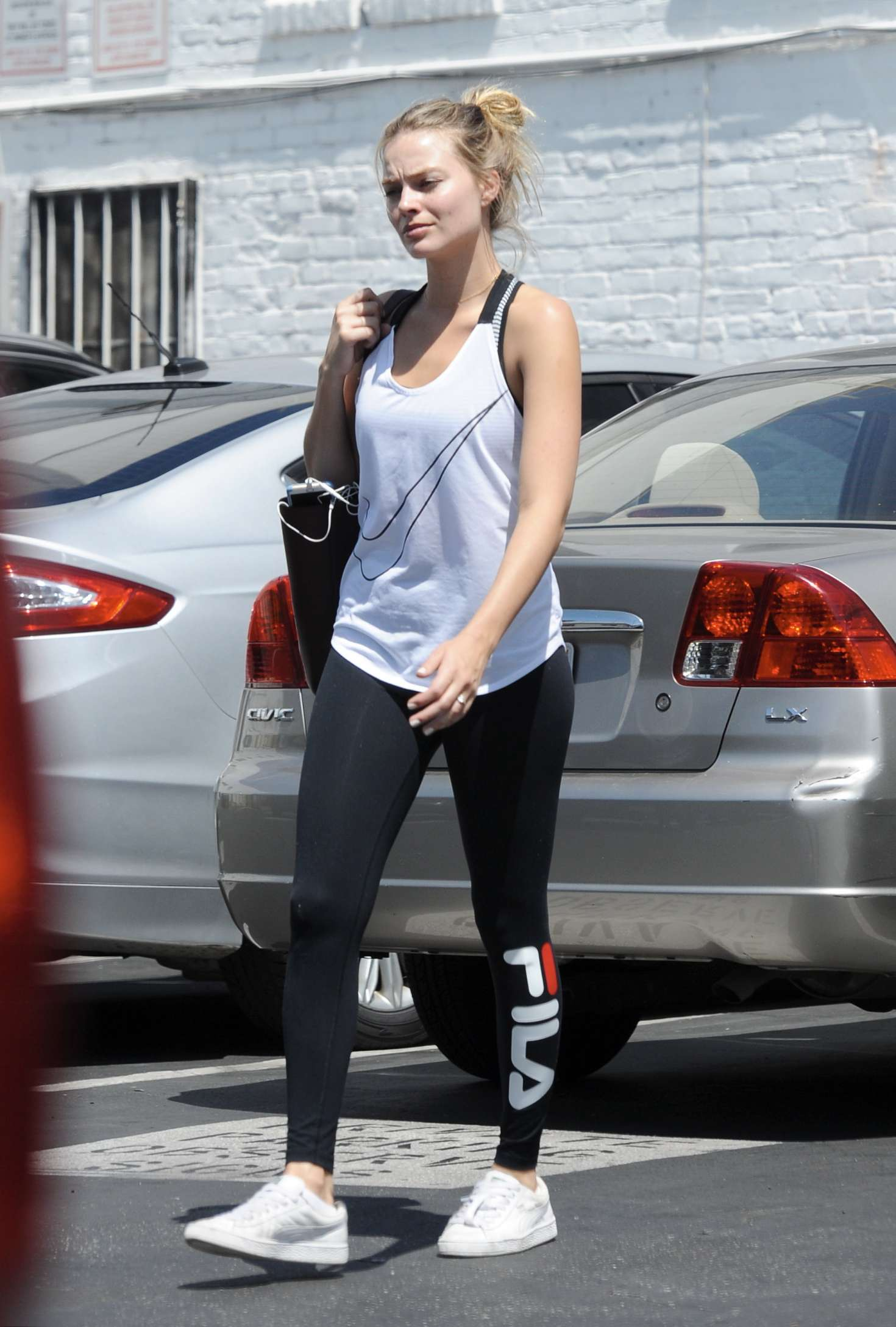 Margot Robbie No Makeup In A Gym