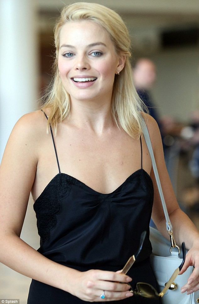 Margot Robbie With No Makeup In Her Sexy Black Dress